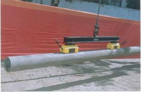 <u><i>Special Application</i></u>:<br>Two 500 Kg magnetic Lifter, fixed on a spreader beam, to handle long pipes